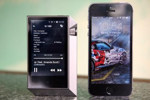 Mẫu máy nghe nhạc cao cấp đắt tiền này ngắn nhưng to và dày hơn iPhone 5S. Màn hình ở mặt trước có kích thước chỉ 3,31 inch và sử dụng công nghệ AMOLED.