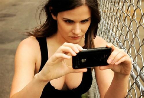 Lisa Bettany, người phát triển ứng dụng Camera+ rất được ưa chuộng với việc cung cấp nhiều hiệu ứng và sử dụng nút âm lượng để chụp ảnh. Tính năng này đã được Apple quan tâm và đưa lên phần mềm chụp ảnh của hãng.