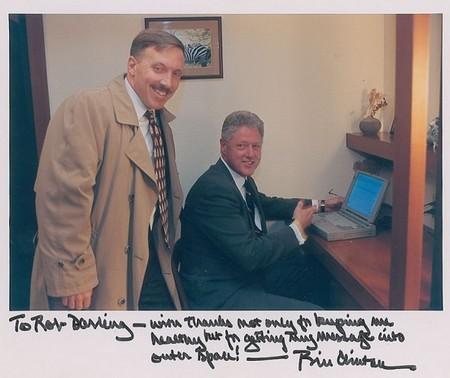 Tổng thống Mỹ Bill Clinton cùng bác sĩ Robert Darling và chiếc laptop được mang bán đấu giá
