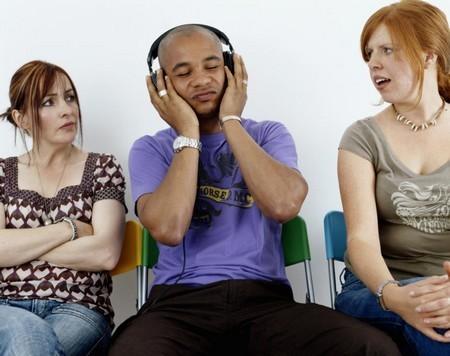 Nghe tai phone để riêng tư, nhưng cũng đừng làm ảnh hưởng người khác