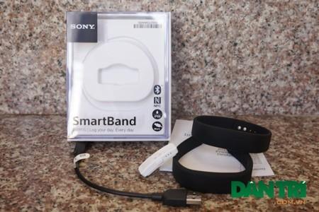 Trong hộp, Sony trang bị một dây microUSB, 2 vòng đeo tay SmartBand và