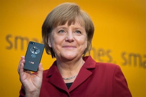 Thủ tướng Đức cầm chiếc BlackBerry Z10 bảo mật tại triển lãm CeBIT 2013, tuy nhiên, một số trang tin khẳng định bà đã chọn dùng BlackBerry Q10. Ảnh: Bundesregierung/Bergmann.