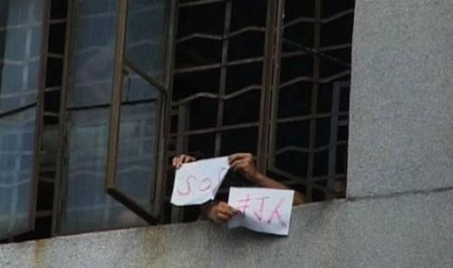 Ảnh chụp từ phía ngoài cửa sổ của một trung tâm cai nghiện internet. Các em học sinh dường như đang kêu cứu.