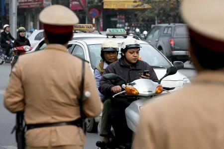 Tai nạn có thể xảy ra bất cứ khi nào với kiểu vừa qua đường vừa chăm chú nghe điện thoại.