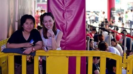 Các tín đồ tại Singapore tìm thú vui trong thời gian chờ đợi Apple Store mở cửa.