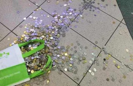 Túi tiền xu mà cửa hàng Mobile Air vứt xuống sàn nhà và yêu cầu khách hàng tự nhặt.
