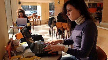Người dùng cần cận trọng khi sử dụng Wi-Fi công cộng. (Ảnh: Internet).