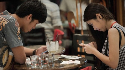 vo-chong-de-theo-doi-nhau-hon-nho-smartphone