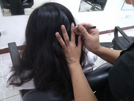 Nghề kinh doanh nhổ tóc bạc ở Hà Nội thu hút được nhiều khách tìm đến.