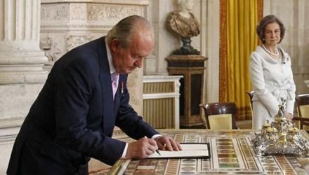 Vua Juan Carlos kí vào văn bản thoái vị, nhường ngôi cho thái tử Felipe
