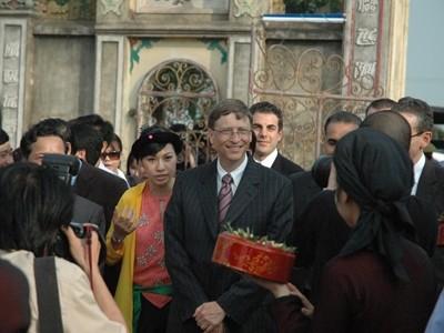 Theo quy định mới, Bill Gates cũng không được làm việc tại Việt Nam. Ảnh: Hồng Vĩnh.