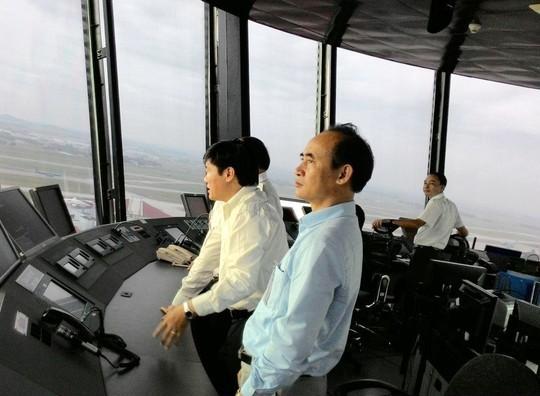Tổng giám đốc Tổng công ty quản lý bay Đinh việt Thắng (áo vàng) trực tiếp lên đài chỉ huy xử lý tình huống hạ cánh khẩn nguy - Ảnh: Hàng không Việt Nam