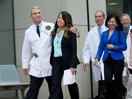 Nina Pham và đội ngũ nhân viên bệnh viện NIH trong cuộc họp báo sáng qua khi cô được xuất viện.