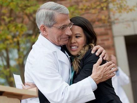 Giám đốc NIH ôm Nina Pham.