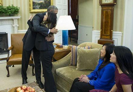 Tổng thống Obama dành cho Nina Pham một cái ôm.