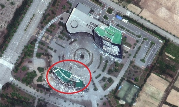 Ảnh chụp từ vệ tinh cho thấy tòa nhà văn phòng liên lạc chung liên Triều (khoanh đỏ) trước và sau khi bị phá hủy. Ảnh: REUTERS 2