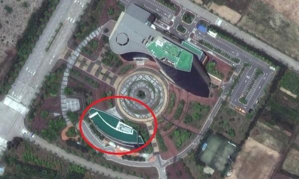 Ảnh chụp từ vệ tinh cho thấy tòa nhà văn phòng liên lạc chung liên Triều (khoanh đỏ) trước và sau khi bị phá hủy. Ảnh: REUTERS 1