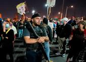 Người ủng hộ ông Trump mang súng đến điểm kiểm phiếu Arizona