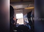 Máy bay bị hoãn vì du khách mở cửa thoát hiểm để... hóng gió