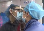 Vì Corona, nữ y tá phải hôn bạn trai qua cửa kính