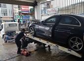 Đà Nẵng bớt mưa, hàng loạt xe sang vẫn chìm trong nước