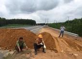 Barie bằng đất ngăn xe chạy chui trên cao tốc La Sơn-Túy Loan
