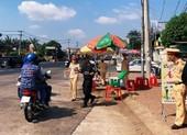 Công an Đồng Nai tặng 15.000 chai nước suối cho người đi đường