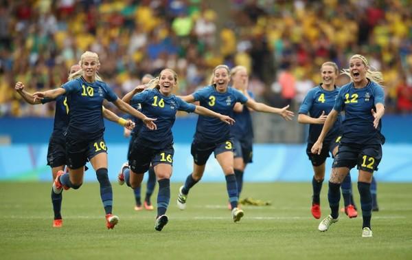 Các cô gái Thụy Điển ăn mừng khi đánh bại Brazil