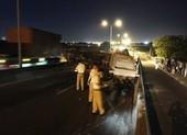 Cầu Phú Mỹ tê liệt nhiều giờ vì xe tải lật