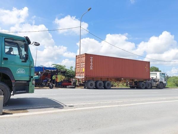 container-dau-tran-lan-giua-duong-11
