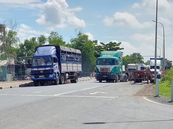 container-dau-tran-lan-giua-duong-13