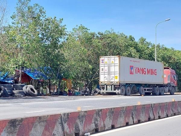 container-dau-tran-lan-giua-duong-6