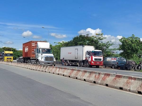 container-dau-tran-lan-giua-duong-8