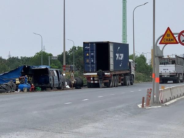 container-dau-tran-lan-giua-duong-9