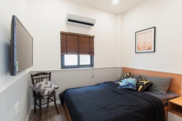 Phòng ngủ sử dụng gam màu xám trắng để nối mạch thiết kế, kết hợp với khung cửa sổ lớn để lấy ánh sáng và thông gió tự nhiên khiến cho phòng ngủ sáng sủa, thoáng máng và bắt mắt hơn. 2