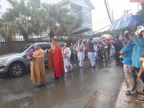 Mặc dù trời đổ mưa nhưng vẫn có rất đông đồng nghiệp, người hâm mộ tới tiễn đưa nghệ sĩ Thanh Sang về nơi an nghỉ cuối cùng.