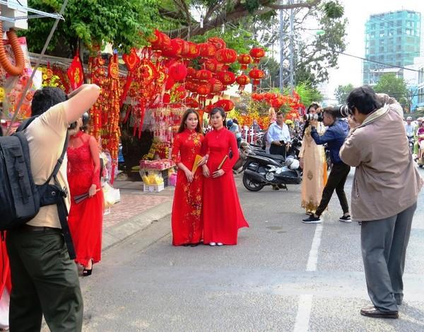 Giáp Tết, các khu vực bán đồ trang trí rực rỡ sắc màu cũng là nơi người dân đến chụp hình kỷ niệm rất đông.