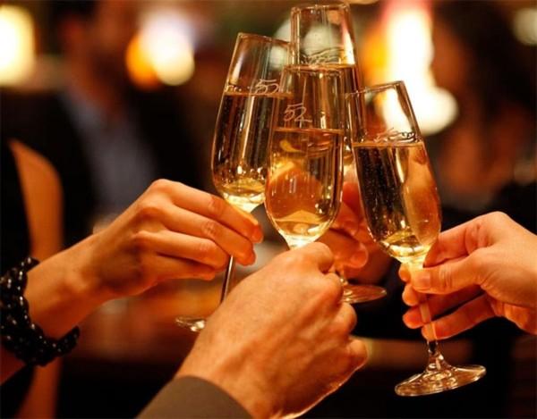 Để tránh ngộ độc, tốt nhất là không nên uống nhiều rượu. Không nên uống nhiều loại rượu cùng một lúc.