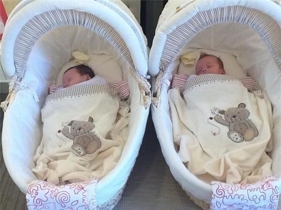 """Nữ Diva Hồng Nhung kết hôn với doanh nhân Kevin người Mỹ và đến tháng 4 năm 2012 cô hạ sinh hai thiên thần Tôm và Tép ở tuổi 42. Suốt 2 năm qua, Hồng Nhung luôn giữ kín hình ảnh của hai con trai gái với công chúng. Còn với bạn bè thân thiết, đồng nghiệp cô cũng chỉ khoe hình con trong điện thoại cho xem chứ không chia sẻ lên Facebook hay truyền thông. hỉ mãi mới đây, trong dịp sinh nhật 2 tuổi của bé Tôm và Tép, Hồng Nhung mới quyết định """"khoe"""" hình ảnh con mình với công chúng. Hình ảnh đầu tiên là khoảnh khắc hai bé còn nằm nôi vào ngày đầy tháng."""
