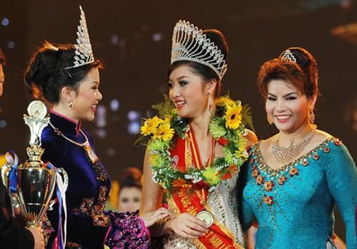 Hoa hậu các Dân tộc Việt Nam 2011 Triệu Thị Hà (giữa) bên Trưởng ban tổ chức cuộc thi trong khoảnh khắc đăng quang vào năm 2011.