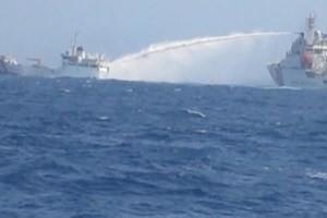 Tàu Trung Quốc phun vòi rồng vào tàu Kiểm ngư Việt Nam. (Nguồn: Cục Kiểm ngư Việt Nam)