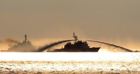 Tàu hải giám TQ bao vây và xịt vòi rồng vào tàu kiểm ngư VN. Ảnh: Hoàng Sang