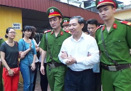 Dương Chí Dũng tỏ ra rất vui vẻ, lạc quan khi rời toà phúc thẩm trước ngày bị tuyên án.