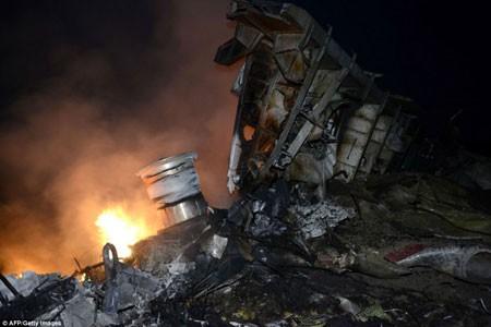 Mảnh vỡ của máy bay bắn khắp khu vực có bán