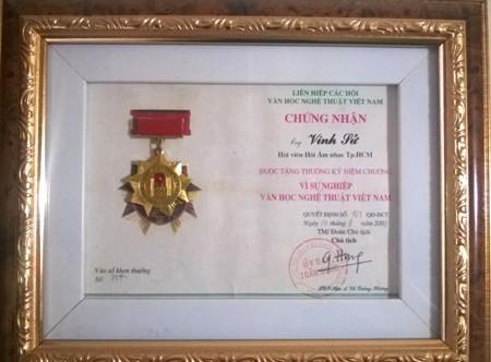 Kỷ niệm chương do Hội âm nhạc TPHCM trao tặng cho nhạc sĩ Vinh Sử