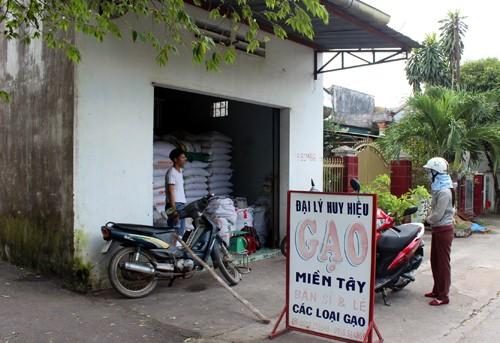 Cửa hàng gạo của anh Hiệu bị nhóm cướp dùng súng 'hỏi thăm'. Ảnh: Hoàng Trường