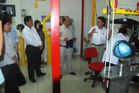 Đoàn công tác của Capuchia thăm phòng thử nghiệm mũ bảo hiểm tại Việt Nam