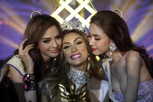 Hoa hậu Isabella Santiago (giữa) cùng Á hậu 1 Nitsa Katrahong (trái) và Á hậu 2 Piyada Inthavong