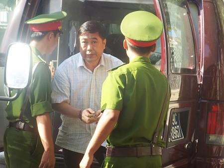 """Dương Chí Dũng """"ung dung"""" tới tòa vì liên quan đến vụ án sửa chữa ụ nổi 83M"""