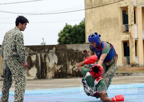 Một cặp đôi học viên năm thứ nhất của Trường Sĩ quan Đặc công thi đấu võ chiến đấu tay không.
